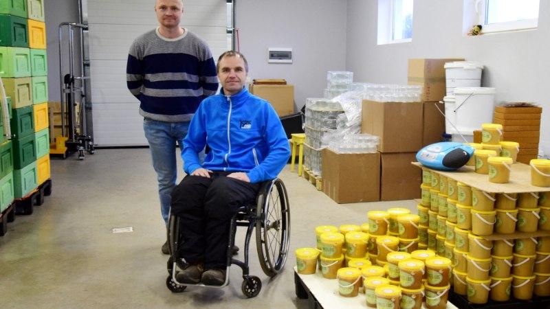 """Eesti ainus ratastoolis mesinik: """"See on suurim õnn ja rõõm, kui saad oma kodus endale meeldivat tööd teha"""""""