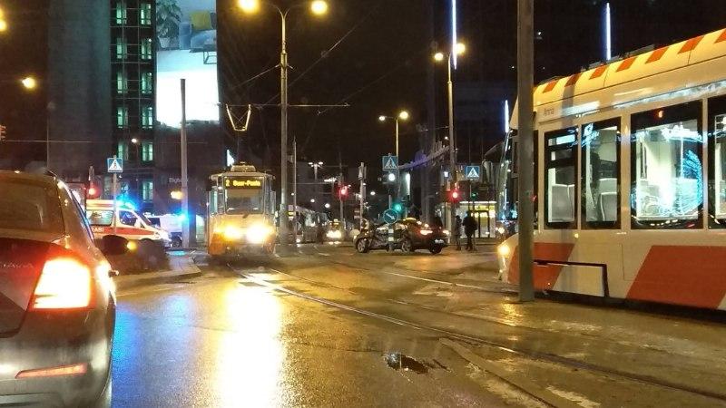 VIDEO   Tallinnas Stockmanni ristmikul rammis tramm autot