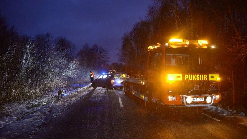 GALERII JA VIDEO   Lätis alkoholi järel käinud soomlased sõitsid Viljandimaal üle katuse