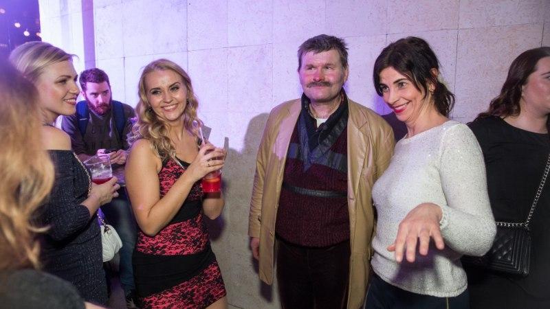 GALERII | EKSKLUSIIV: Hillar Kohv käis Õhtulehega Ennu Rattal diivadele Anne Veskile ja Marju Länikule lillekimpe üle andmas