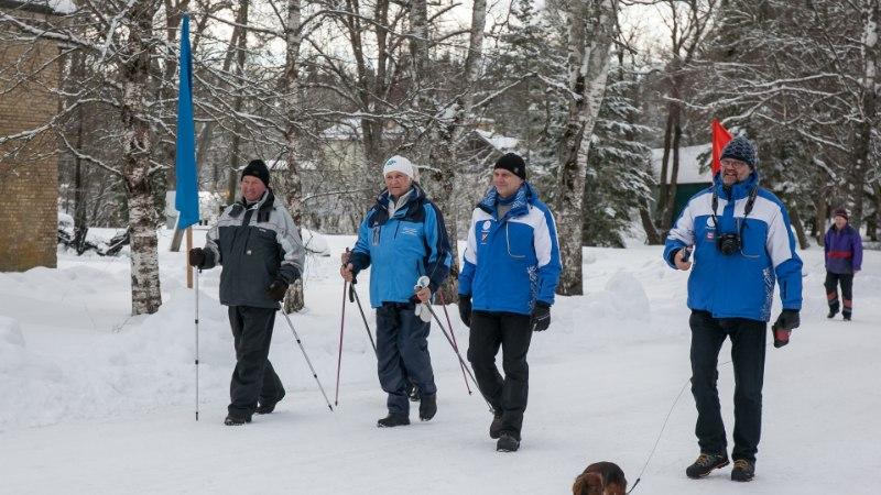 Arnold Rüütel soovib oma matkakepi üle anda Kersti Kaljulaidile