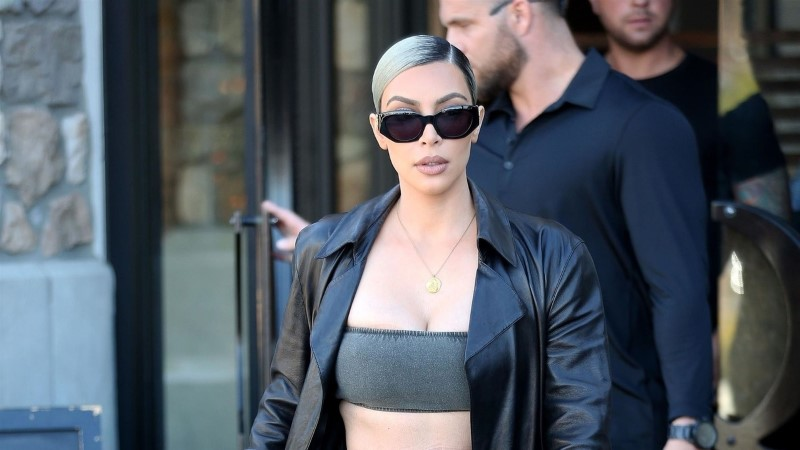 Kim Kardashian kelgib 60sentimeetrise sipelgapihaga