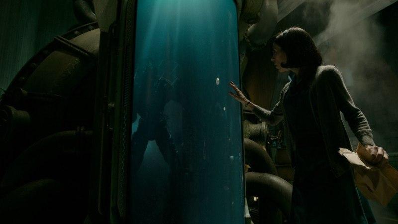 """13 Oscarit püüdev """"Vee puudutus"""" näitab tumma naise ja veeolendi armulugu"""