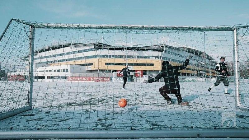 ÕL VIDEO | EKSPERIMENT | Nagu külmetavad lehmad libedal jääl või kahe jalaga kindlalt kunstmurul ehk mis tunne on pakasega jalgpalli mängida?
