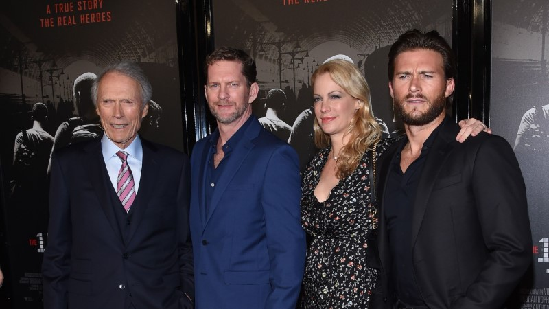 Clint Eastwood poseeris esilinastusel koos oma arvukate lastega