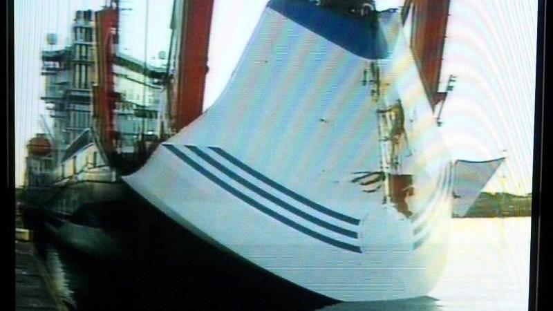 RAAMAT ESTONIA HUKUST: laeva põhjas pidi olema auk, mis tekkis kereplaatide purunemise, kokkupõrke või veel tõsisema põhjuse tagajärjel