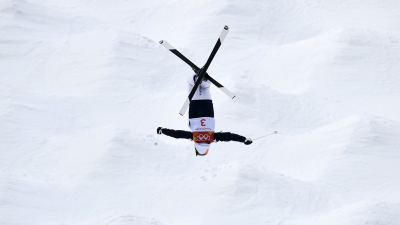 GALERII | Trikisuusatajad avasid olümpiamängud imeliste õhulendude ja valusate kukkumistega