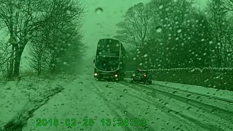SUPER REAKTSIOON: buss põikas ette sõitnud autost mööda vaid sentimeetrite kauguselt