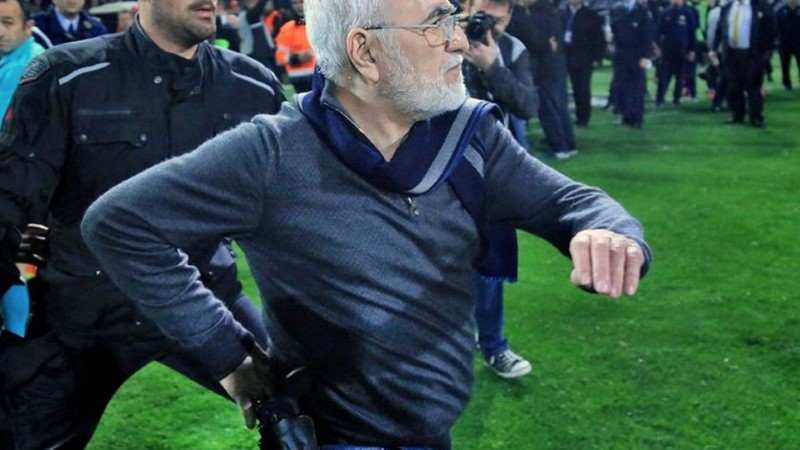 VÕIMALIK VAID... | Kreeka vutiklubi püstoliga relvastatud venelasest omanik jooksis väljakule, ähvardas kohtunikku ja nõudis värava lugemist!