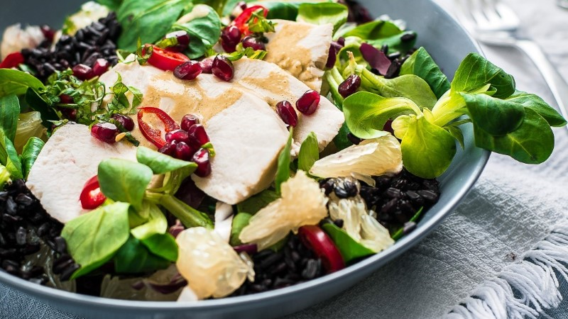 RETSEPTIIDEE: kevadine kerge ja tervislik salat pomelost ning kanast