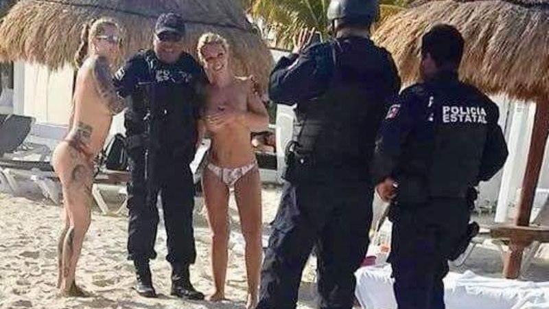Полицейские не устояли перед голыми туристками и попались (ФОТО)
