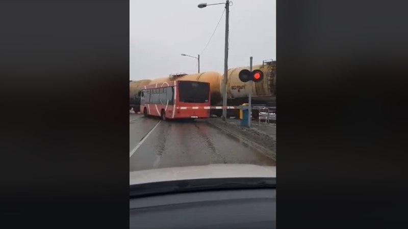 Видео: в Тарту автобус с пассажирами оказался в ловушке на железнодорожном переезде