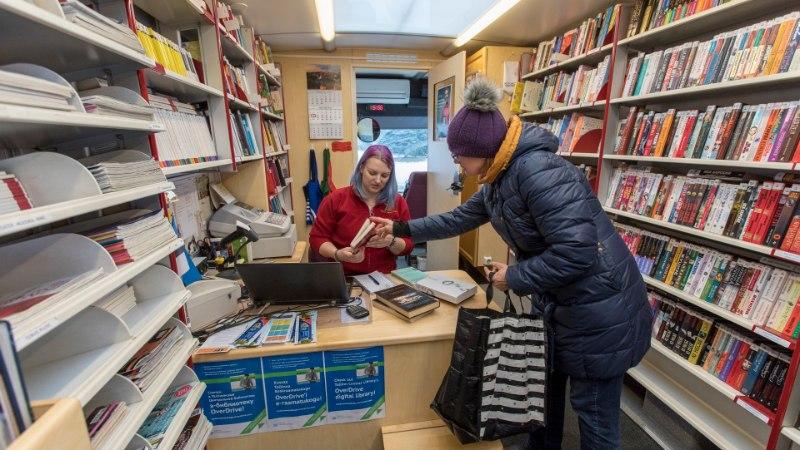 Buss toob raamatukogu koduukse ette
