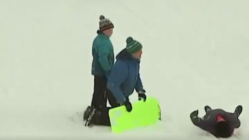KOOMILINE VIDEO | Briti telesaatejuht käis otse-eetris kelguga kummuli