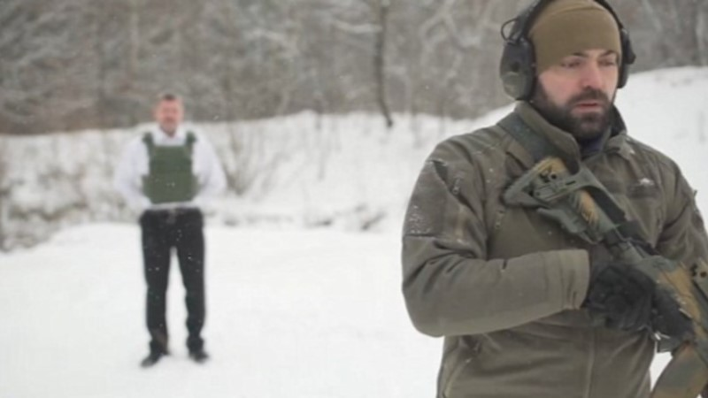 VIDEO | Kuulikindlate vestide tootja laseb enda pihta automaadist tulistada