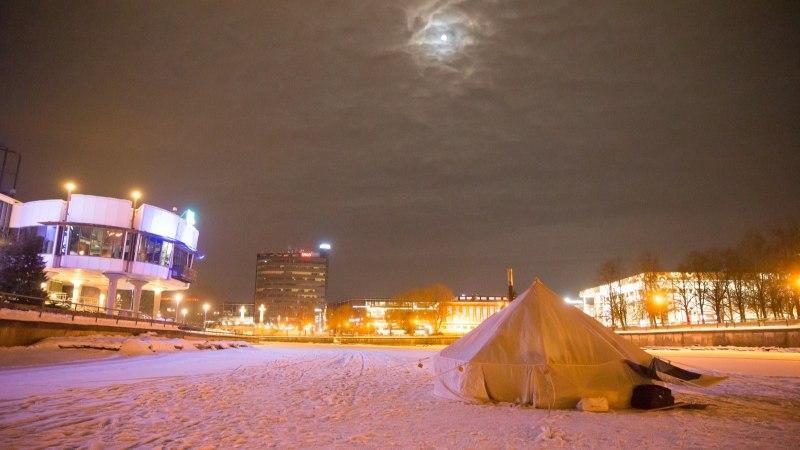 GALERII ja VIDEO   Geograafiatudengid veetsid öö Emajõe jääl telkides