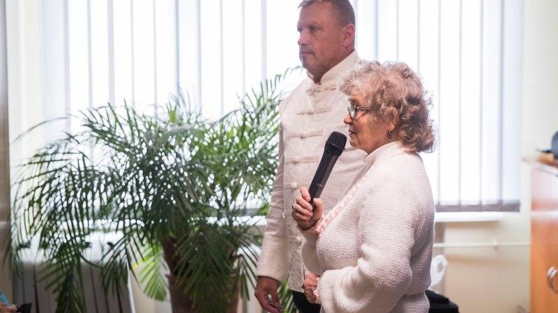 """ÕL VIDEO   Kristiine linnaosa korraldatud kohtumisel jooksid pensionärid tervendaja Ervini """"maagilistele"""" lõngajuppidele tormi"""
