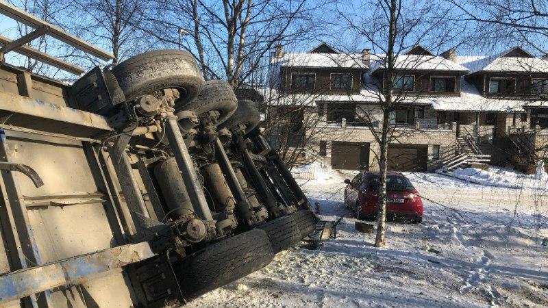 FOTOD   Paides lükkas taganttulija sõiduauto ette veokile, mis lendas külili