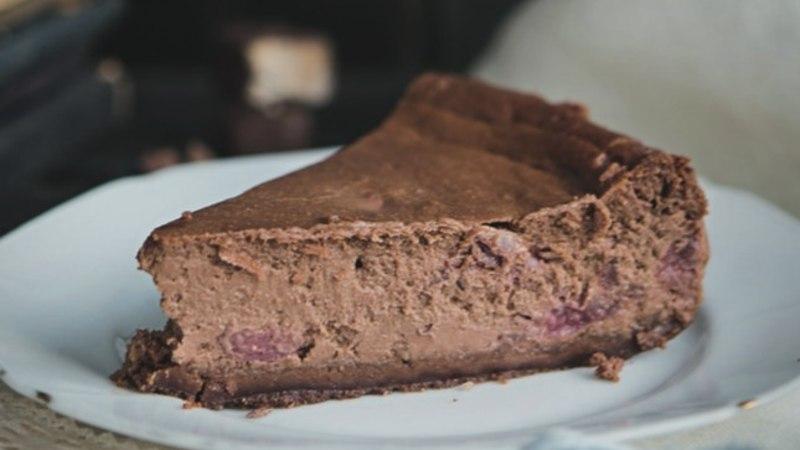Tähista naistepäeva: tummine šokolaadi-toorjuustukook kirssidega