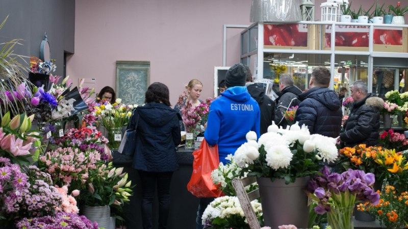 Галерея: цены на цветы кусаются, но люди все равно толпятся в магазинах
