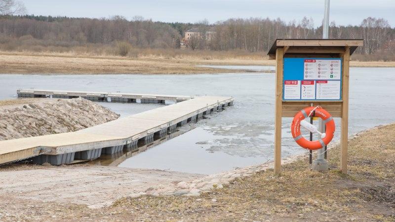 ÕNNELIK PÄÄSEMINE: õbluke naine tiris uppuva lapse koos vanaemaga jääaugust välja
