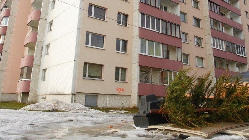 В Ласнамяэ из окна 7-го этажа выпал молодой человек. Врачам не удалось его спасти