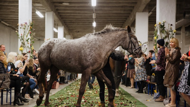 MOEGALERII | Esimest korda astusid koos modellidega lavale hobused