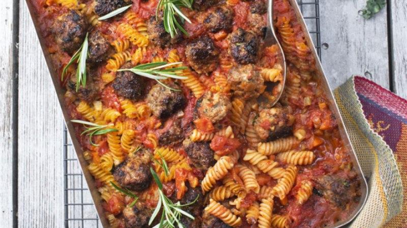 Tomatine ahjuroog lehtkapsa ja lihapallidega