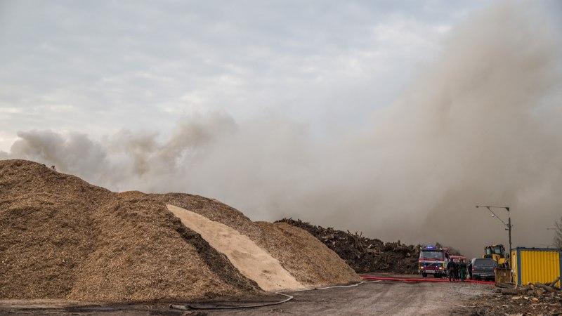 FOTOD | Saku vallas läks põlema puiduhakketehas
