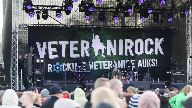 GALERII   Veteranipäeva tähistati Vabaduse väljakul vägeva kontserdi ja militaarmessiga