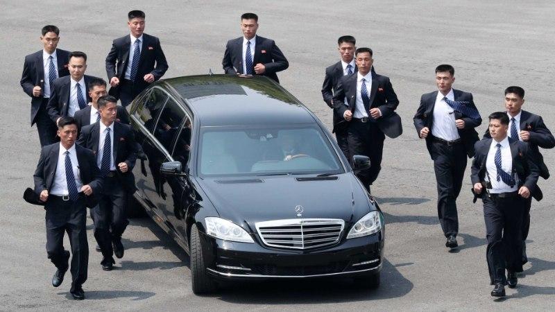 VIDEO | Kim Jong-uni autot saatsid sörkivad turvamehed