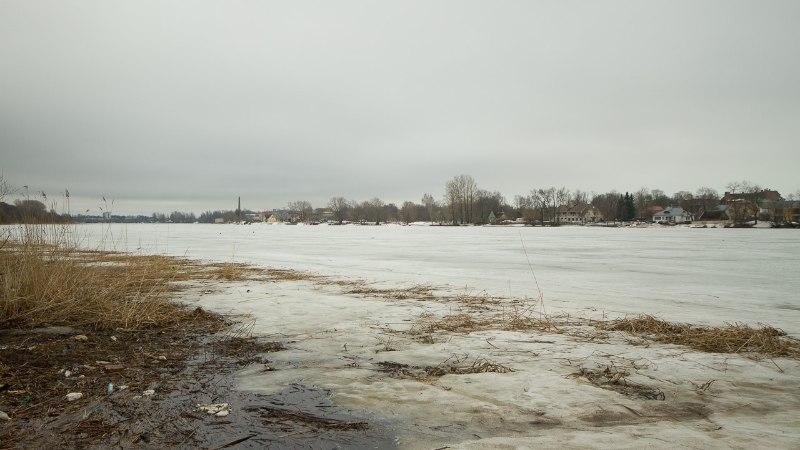 Päästeamet hoiatab: Pärnu jõejää on väga nõrk, päästja vajus läbi jää