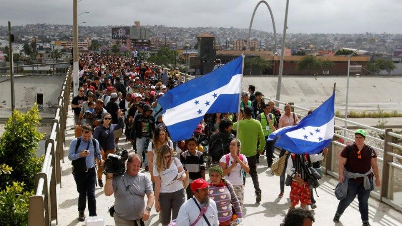 Mitmesajapealine migrantide karavan jõudis USA-Mehhiko piirile