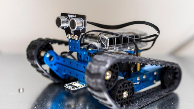 Robotid, mis kastvad lilli ja puhuvad ära küünlaid