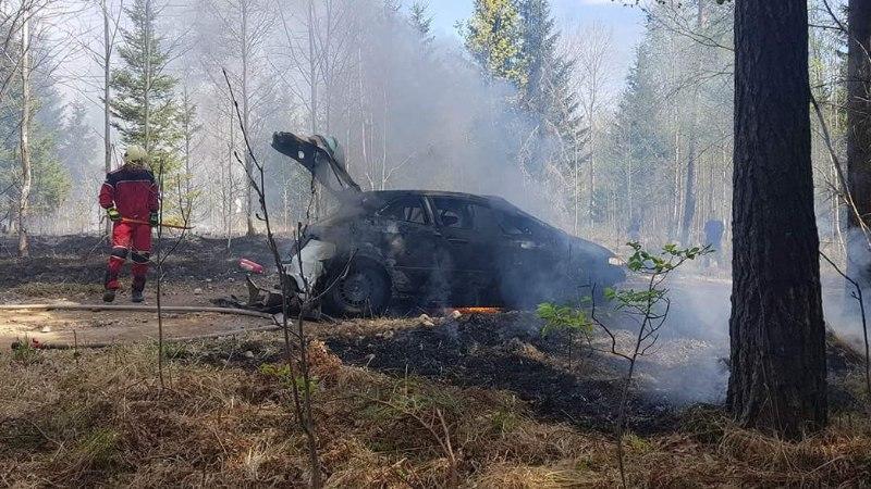 VIDEO JA FOTOD   Karm õnnetus: Tallinna rallil süttis auto ning selle tagajärjel ka mets
