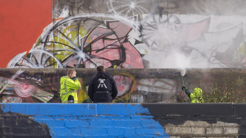 Linnahalli hakatakse grafitist puhastama