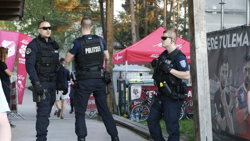 FOTOD | Levadia fännid otsisid kaklust, üks mängija virutas ukse puruks