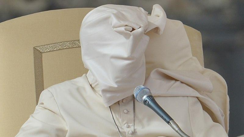 FOTOD | Paavst oli jälle hädas kiusliku tuulega