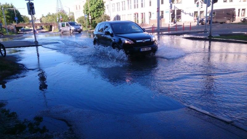 GALERII | Tallinnas Erika tänaval on veetoru lõhkemise tõttu uputus