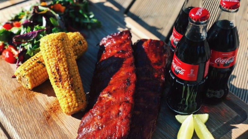 BBQ põrsaribid Coca-cola BBQ kastme, grillitud maisi ja suvise salatiga