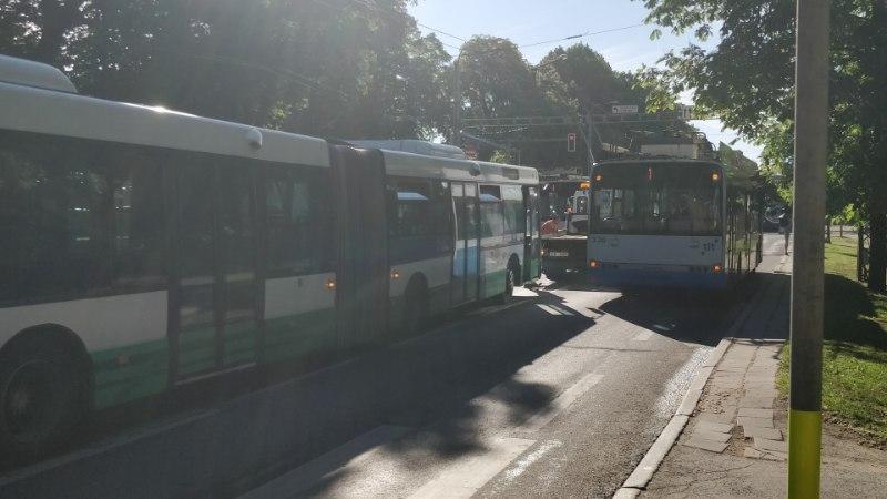 FOTOD | Veoauto ja bussi kokkupõrge tekitas Toompuiesteele suure ummiku