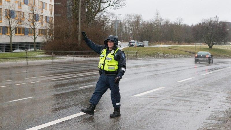 Nädalavahetusel kontrollib politsei koos kaitseliitlastega autojuhtide ja kaassõitjate dokumente