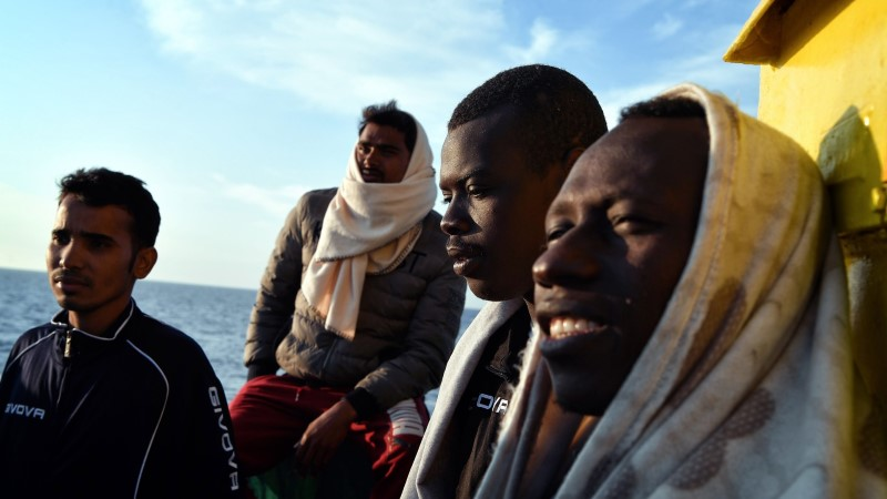 Сотни беженцев застряли в море: Италия отказывается их пускать