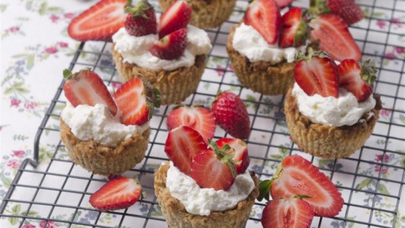 Kaerakorvikesed vahukoore ja maasikatega