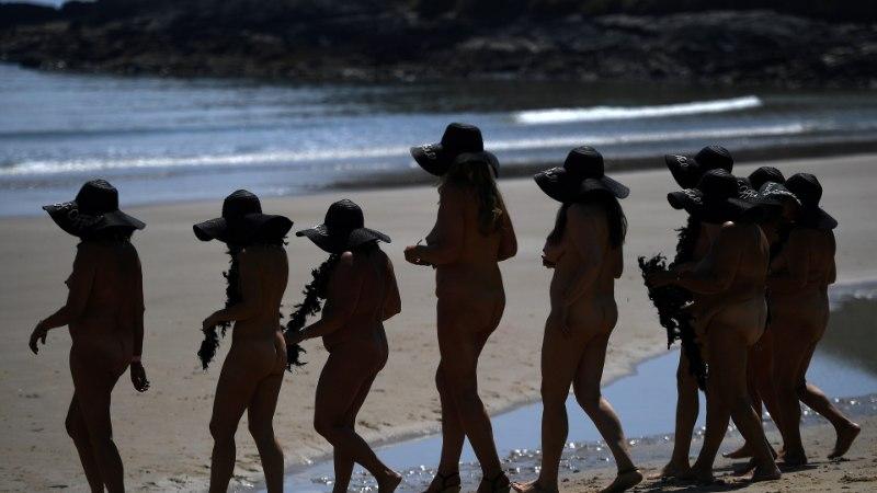 FOTOD | JULGED NÄKID: Iiri naised püstitasid alasti ujujate rekordi