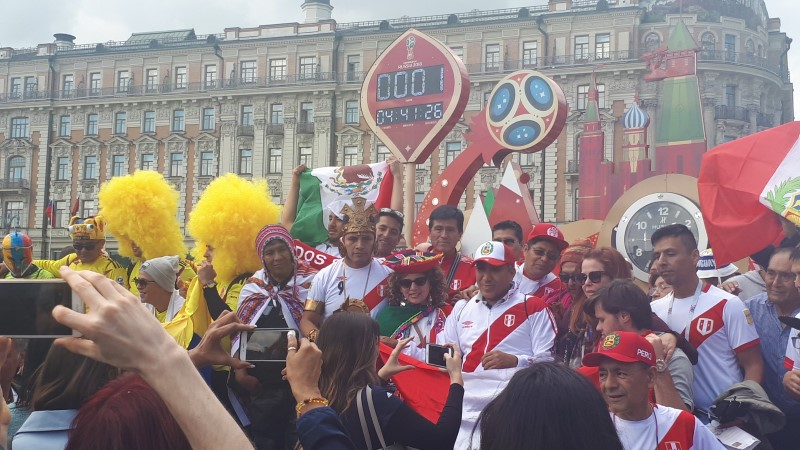 ÕL MOSKVAS   FOTOD: Üks päev MMi alguseni: Ladina-Ameerika fännid vallutavad Moskvat, kus on saudid?