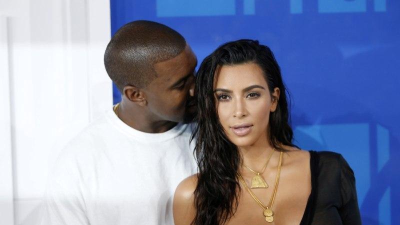 Kanye West kasutab riivatus moereklaamis Kim Kardashiani alasti teisikut