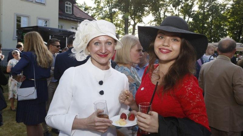 GALERII   Briti saatkond tähistas kuninganna sünnipäeva peene peo ja glamuurse seltskonnaga