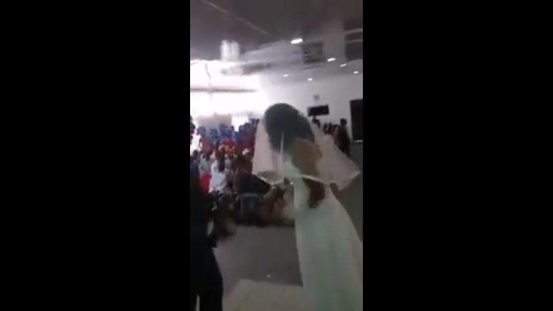 ВИДЕО: Девушка в наряде невесты заявилась на свадьбу любовника и устроила скандал