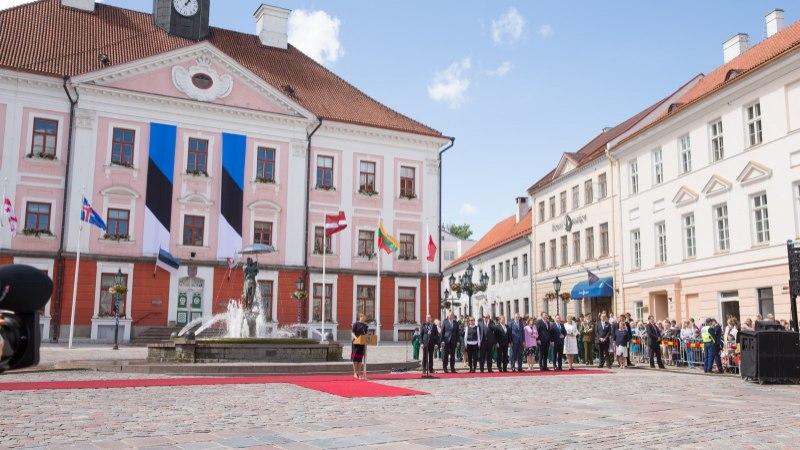 GALERII | President Kersti Kaljulaid tervitas Tartu raekoja platsil lähiriikide presidente
